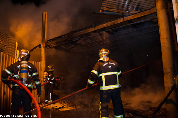 sdis 06 op rationnel une casse auto de nice d truite par un violent incendie. Black Bedroom Furniture Sets. Home Design Ideas